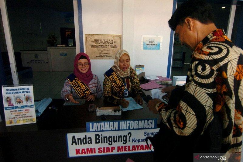 Karyawan Gunakan Baju Batik Pada Peringatan Hari Batik