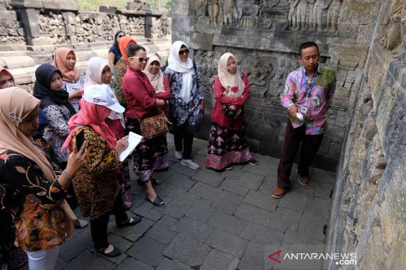 Perajin batik pelajari relief Candi Borobudur