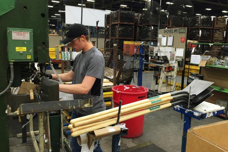 Indeks manufaktur Amerika Serikat jatuh ke level terendah dalam satu dekade
