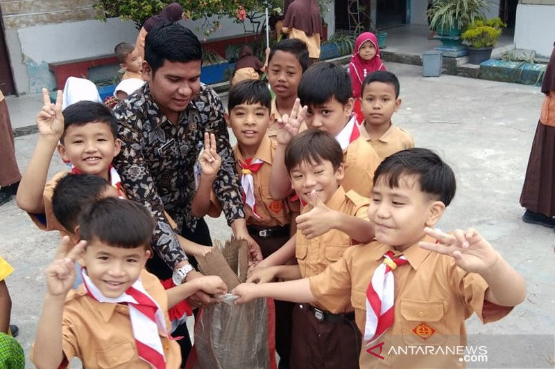 Belajar di SDN 56 Pekanbaru, Anak-anak pencari suaka belajar gotong-royong