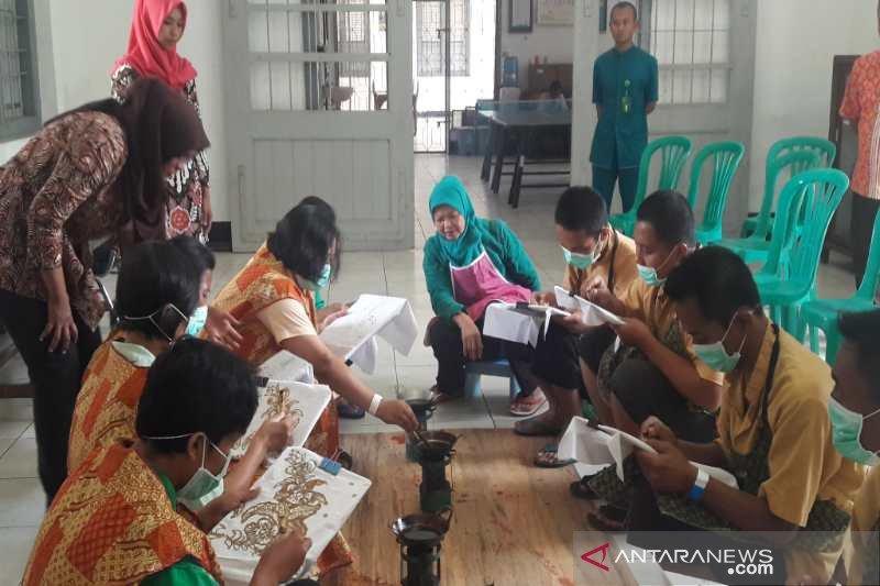 Patients at Magelang's mental hospital learn batik crafting