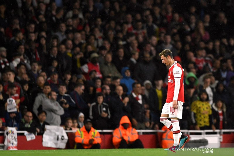 Komentar kejam Unai Emery,  Mesut Ozil tak layak main di Arsenal