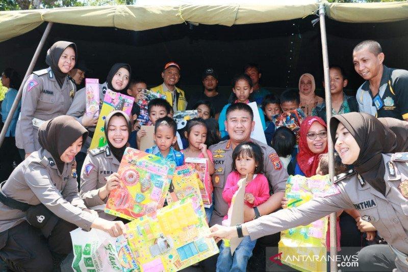 Personel Polda Sulawesi Selatan hibur anak pengungsi Wamena