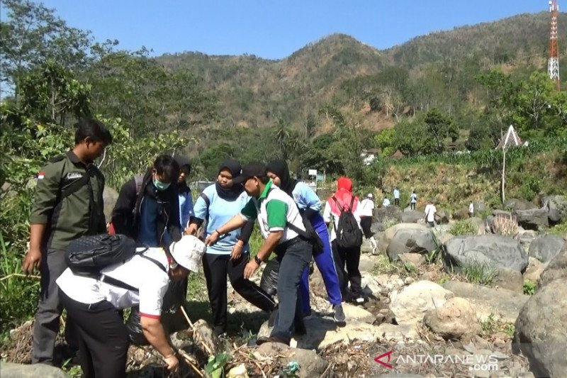 Ratusan mahasiswa UMK dan masyarakat Kudus bersihkan aliran Sungai Gelis