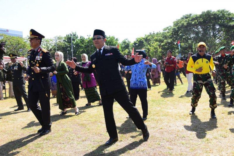 Ridwan Kamil-Pangdam III Siliwangi menari Sajojo saat HUT TNI