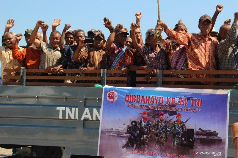 HUT TNI, warga Kupang ikut defile tentara
