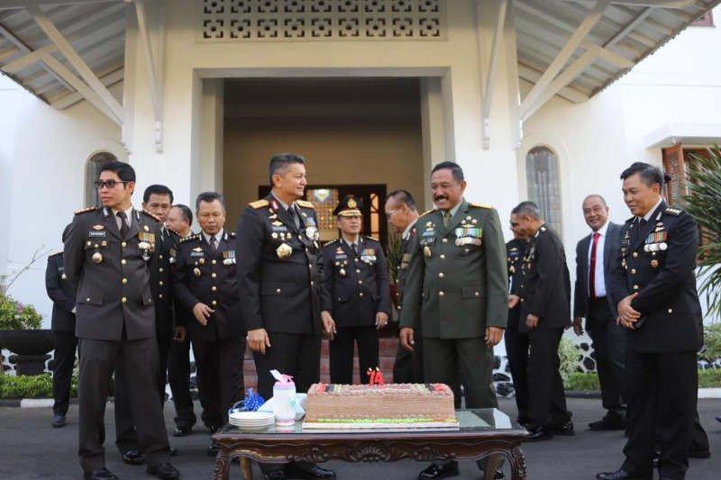 Kapolda beri kejutan selamat HUT TNI untuk Pangdam Diponegoro