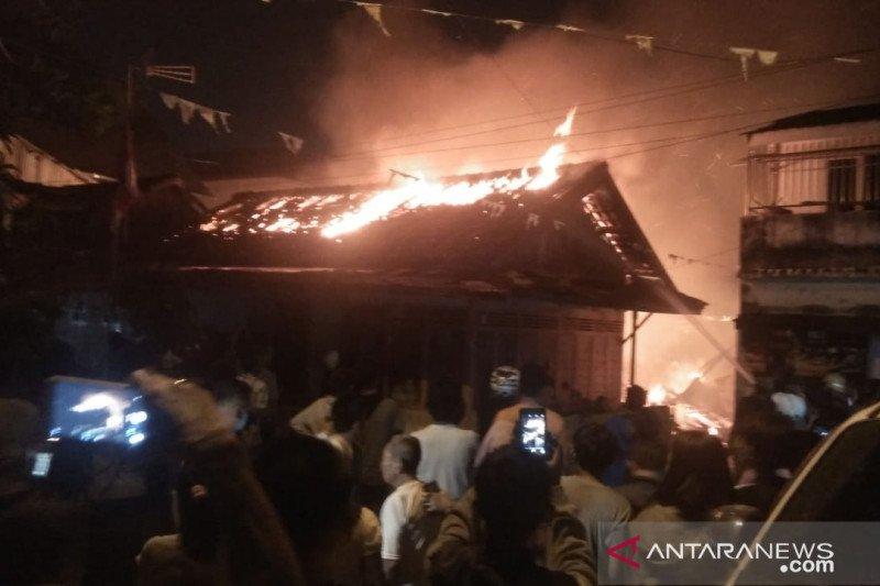 Satu orang meninggal  pada kebakaran beruntun di Palembang