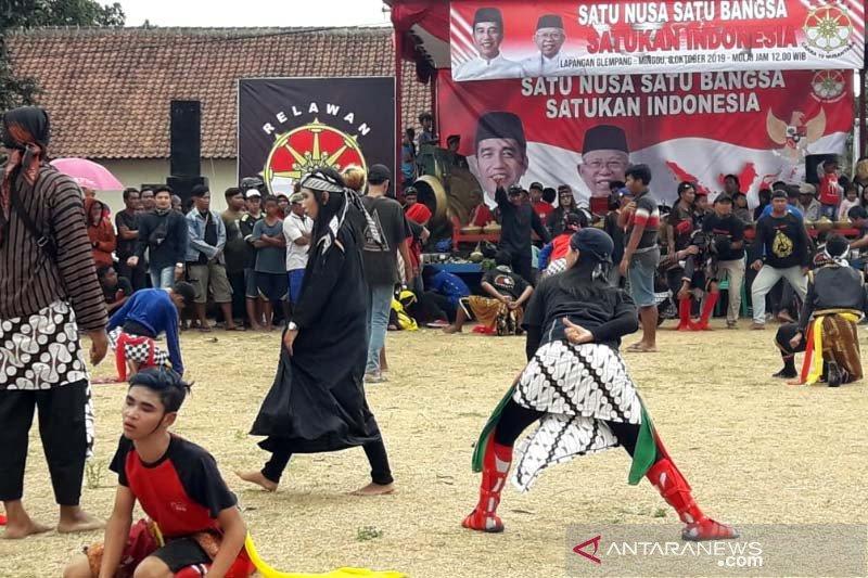"Atraksi ""Mendem Jokowi"" oleh ratusan seniman ""ebeg"" di Banyumas"