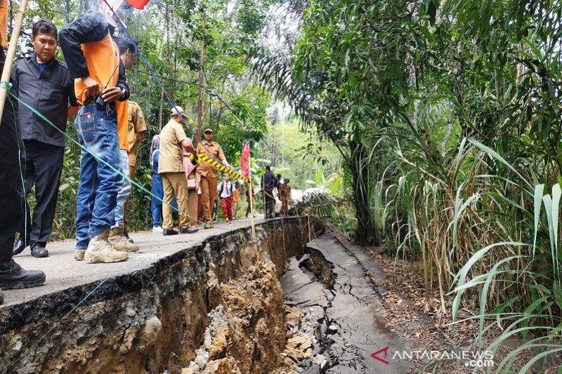 di Pulau Nusalaut, tanah amblas akibat gempa