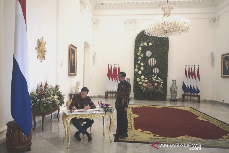Jokowi and Rutte dress in batik clothing for meeting