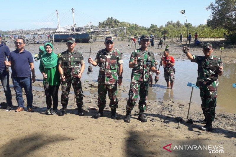 Prajurit TNI tanam mangrove peringati HUT ke-74