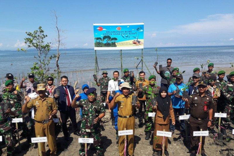 Lantamal  VIII Manado dan jajaran  tanam 17.000 bibit Mongrove