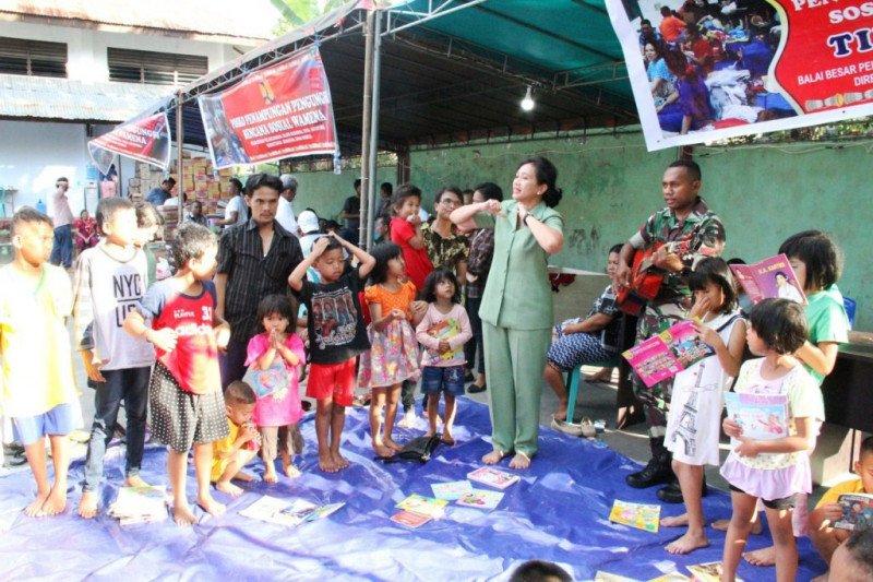 Anak-anak korban kerusuhan diajak nyanyi bersama istri prajurit TNI
