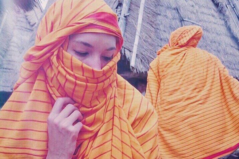 Nadine Chandrawinata dan kisah di balik sarung kesayangan