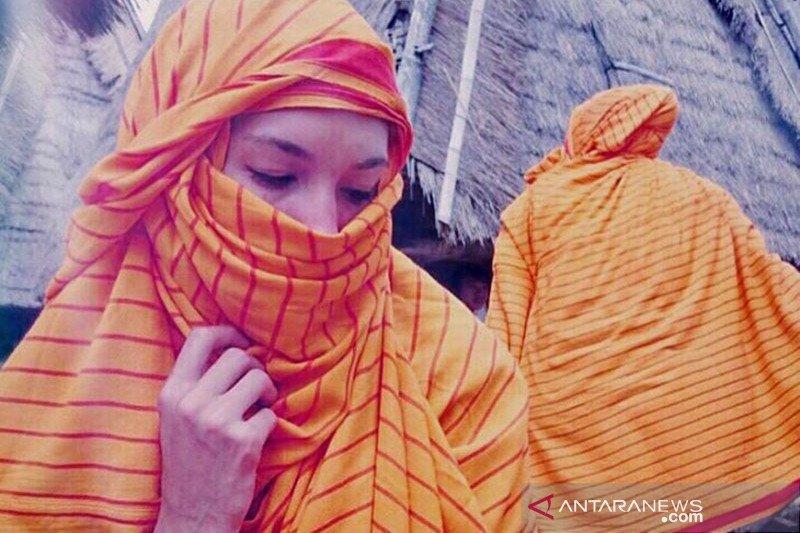 Kisah di balik sarung kesayangan Nadine Chandrawinata
