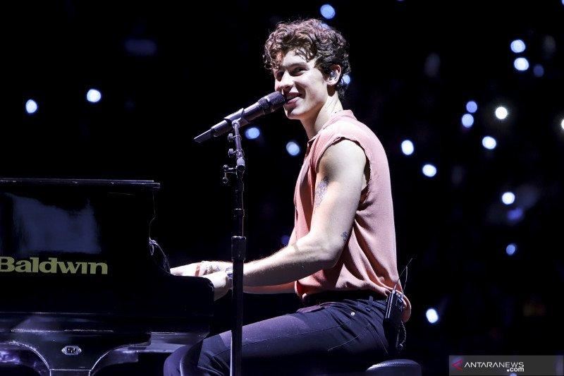 """Shawn Mendes mainkan """"Fix You"""" milik Coldplay dengan pianonya"""