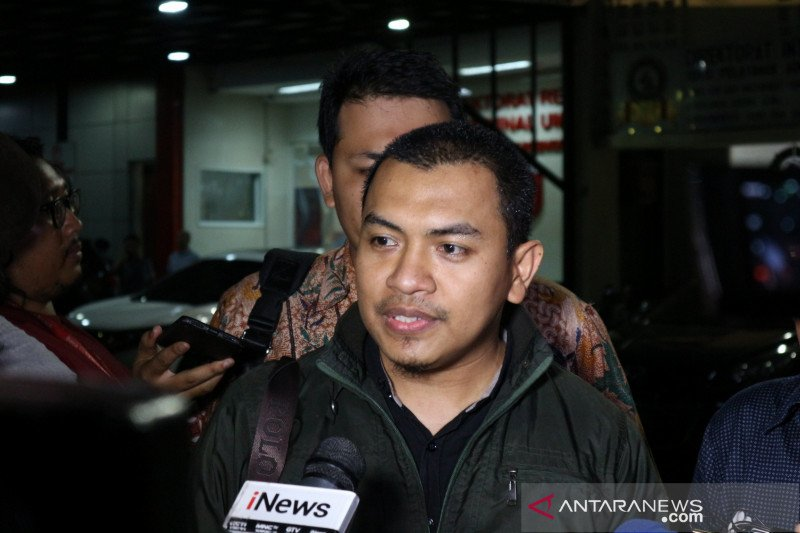 Pengacara: Penyidik konfrontasi keterangan Munarman dengan tersangka S