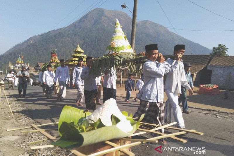 "Kirab ""Ingkung Sewu"" syukuran warga Gunung Andong"