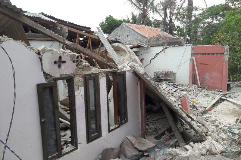 Sejumlah rumah dan sekolah roboh tertimpa batu besar di Purwakarta