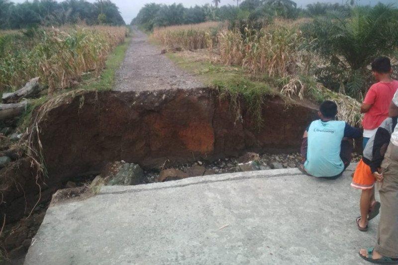 Air bah putuskan jalan perkebunan warga Ophir Pasaman Barat