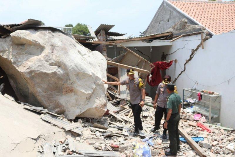 Sempat terdengar ledakan sebelum batu besar menimpa rumah warga