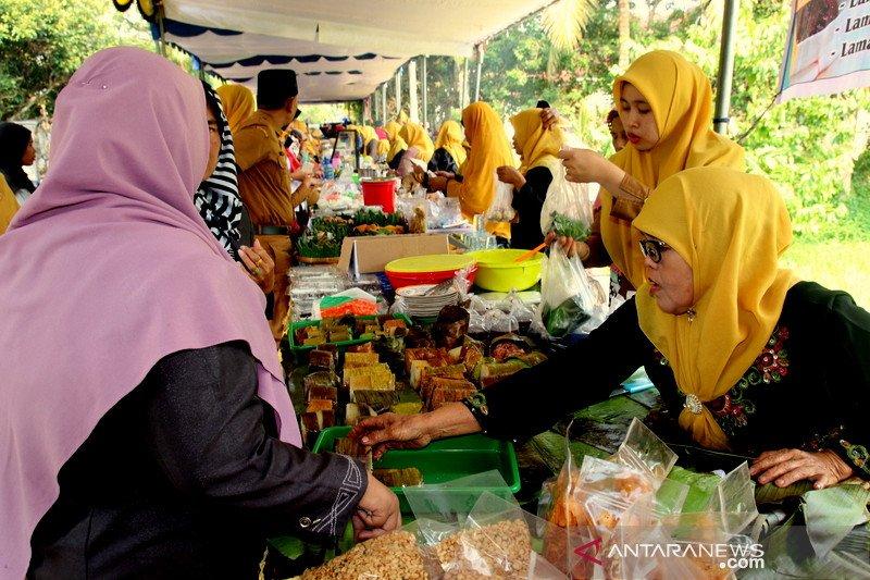 Ingin menyantap rendang bilalang datang ke pasar kuliner Sijunjung