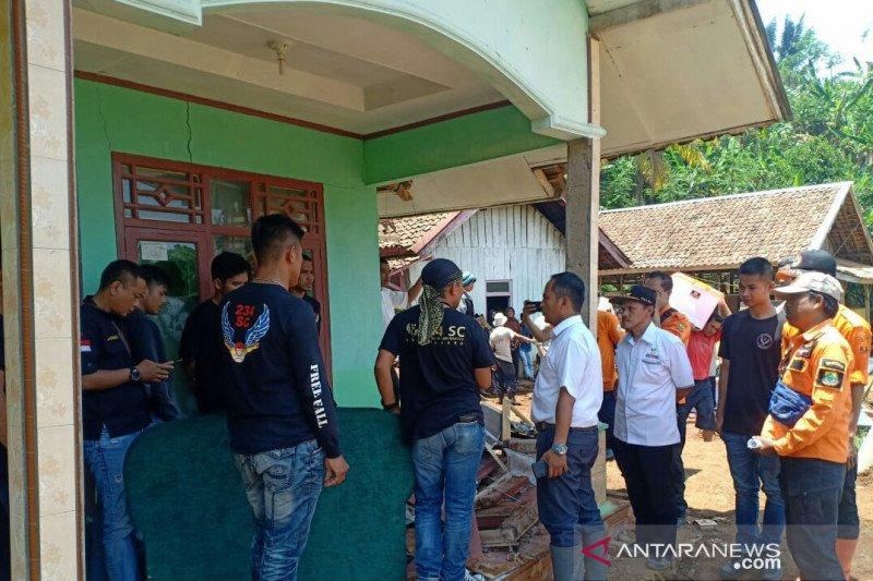 Dua KK korban longsor di Cianjur mengungsi