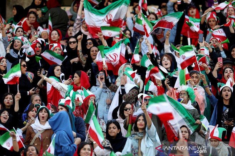 Setelah empat dasawarsa, Tribun stadion Iran kembali diramaikan penonton perempuan
