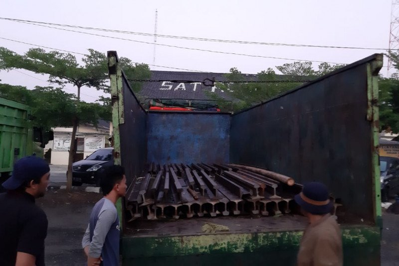 Polisi Waykanan amankan pencuri 30 ton besi rel kereta api