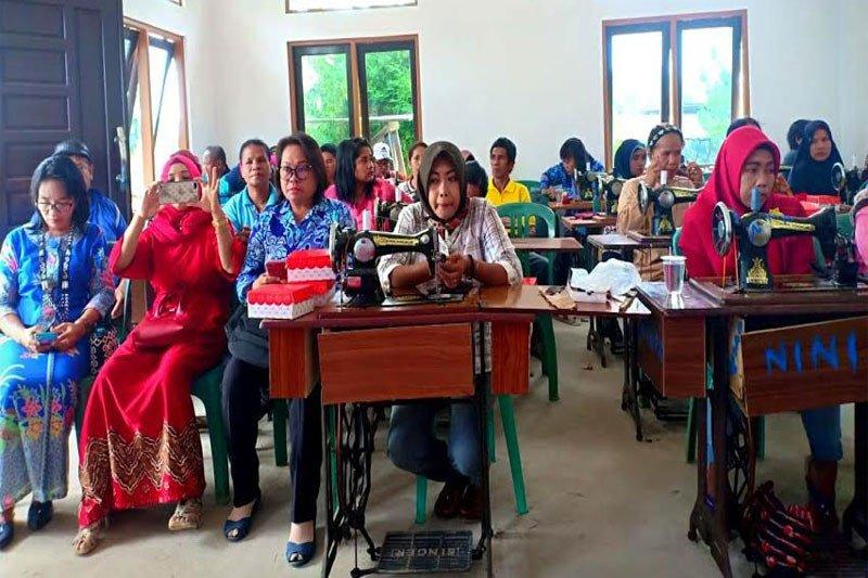 Warga Desa Bukit Sawit ikuti pelatihan menjahit