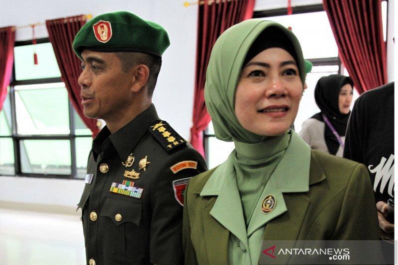 Ketika meruah sang prajurit TNI di tangan istri