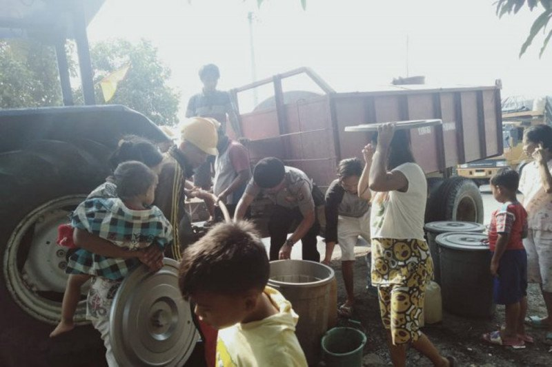 Polres Mesuji bagikan puluhan tangki air bersih ke warga