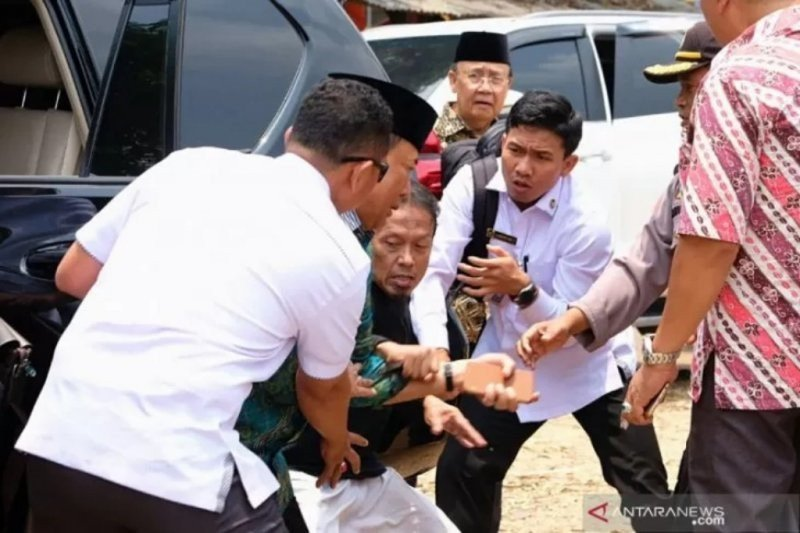 Peristiwa penusukan Menkopolhukam Wiranto jadi sorotan warganet di Twitter