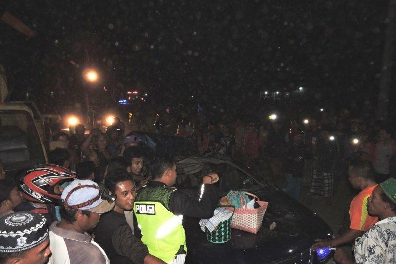 Korban mobil tertimpa pohon tumbang di Situbondo jadi empat orang