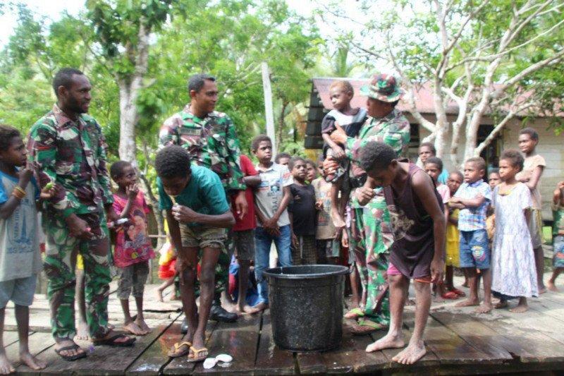 Satgas TMMD Merauke ajari anak-anak Kampung Kogir sikat gigi