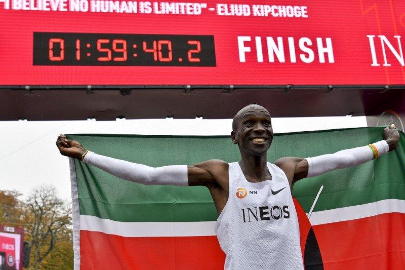 Pelari Kenya Kipchoge catatkan sejarah baru lari marathon kurang dari dua jam