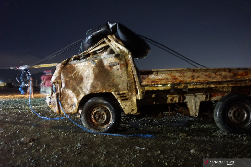 Evakuasi mobil korban tsunami setahun lalu