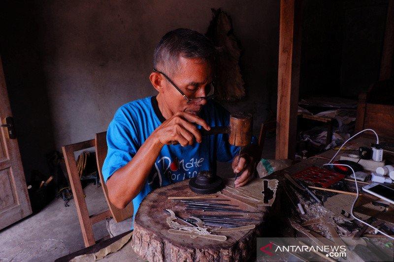 Industri kerajinan wayang kulit Dusun Gendeng terkendala regenerasi