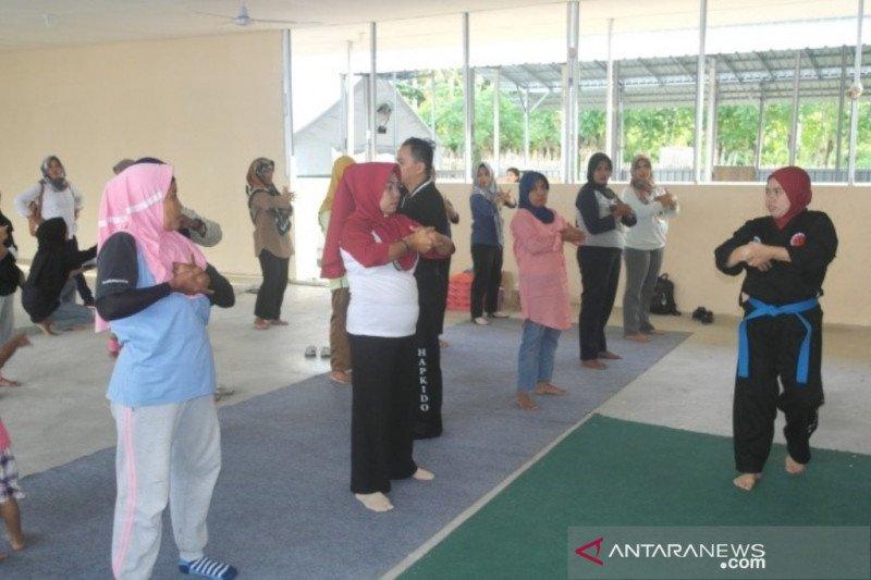 Perempuan korban gempa di Palu diajari bela diri