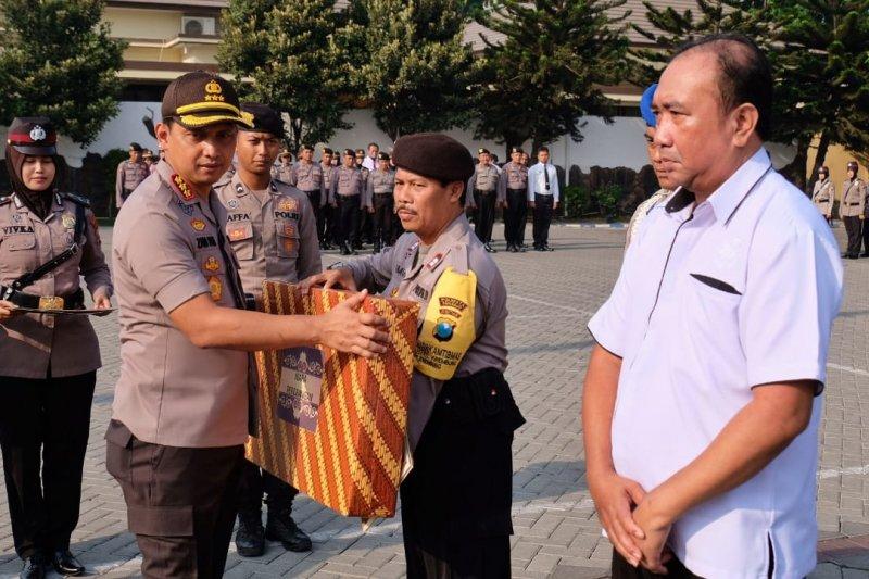 Kapolresta Sidoarjo ganjar penghargaan anggota berprestasi