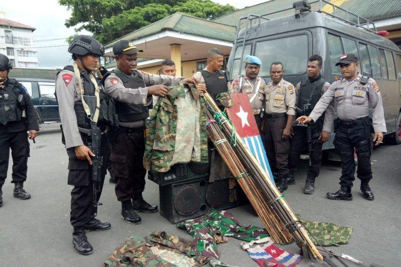 Polisi sita  atribut KNPB dan sejumlah alat tajam