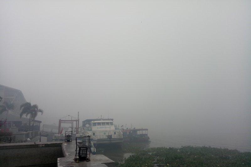 Jarak pandang tak sampai 50 meter, aktivitas pelayaran kapal di Sungai Musi dihentikan
