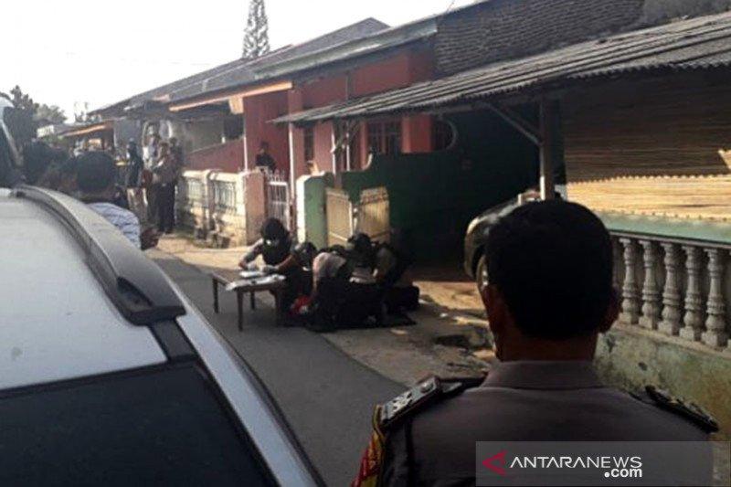 Densus 88 membawa bahan peledak dari rumah keluarga terduga teroris