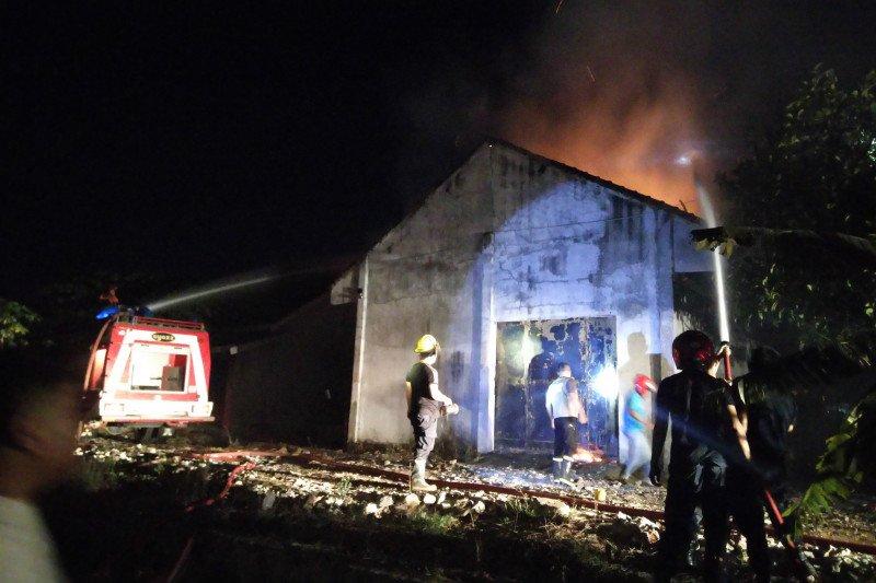 Gudang mi dan lilin di Metro Selatan ludes terbakar