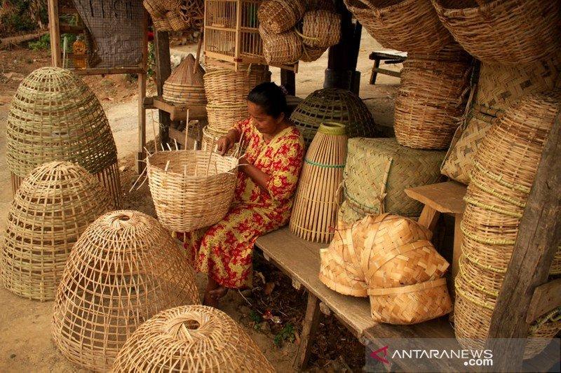 Kerajinan berbahan rotan dan bambu