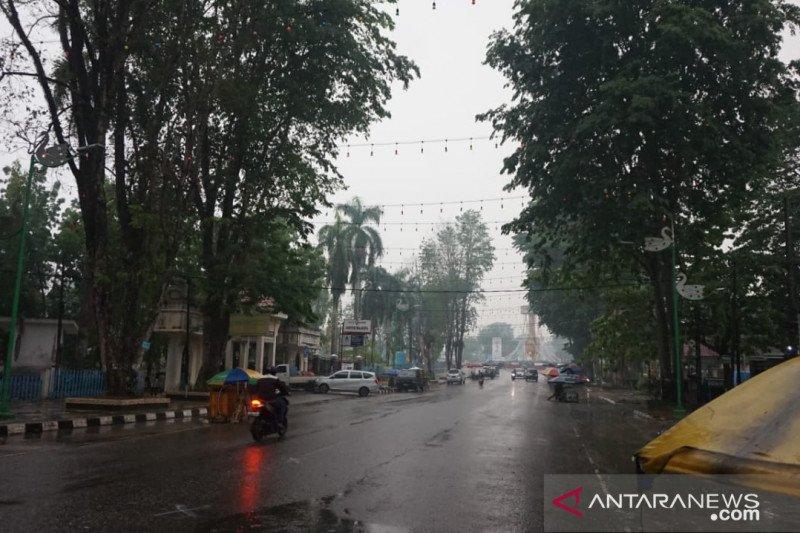 Hujan deras, kabut asap di Kota Jambi dan sekitarnya mulai menipis