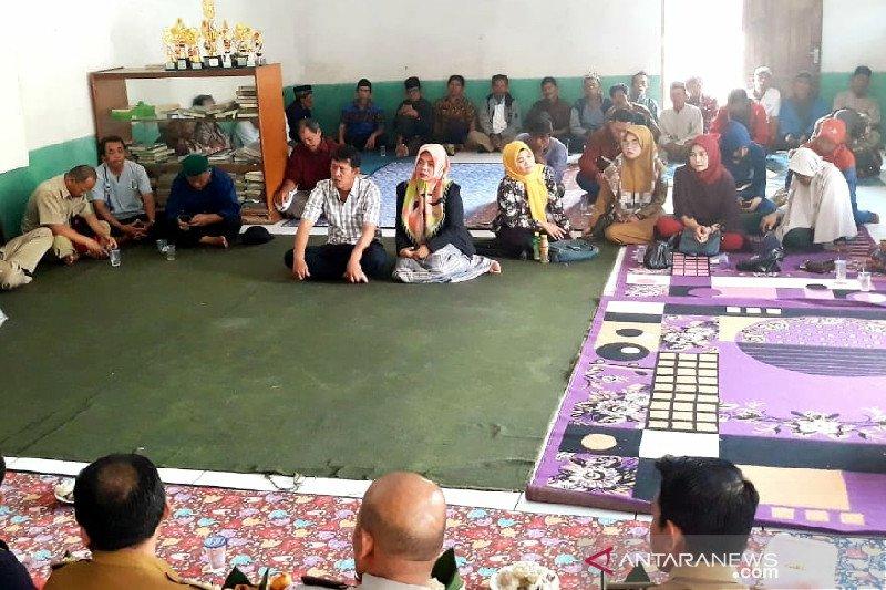 Suami istri peserta pemilihan kepala desa di Garut, Jabar