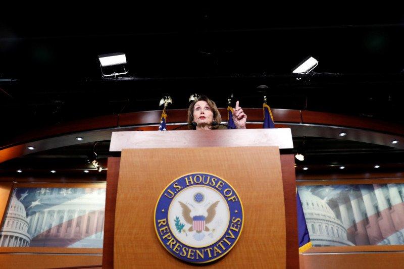Kesaksian pejabat senior Pentagon dalam skandal Presiden Trump diundur