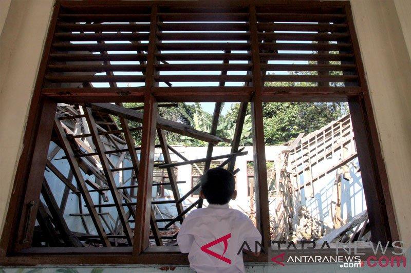 Gedung rusak, ratusan pelajar SD Karawang belajar di halaman rumah